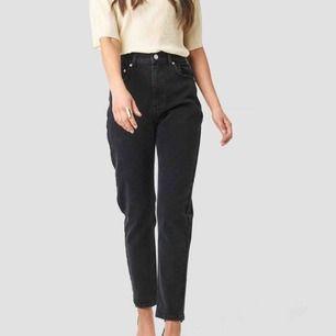 Mom jeans i storlek 36. Använt 3 gånger. Sitter väldigt snyggt på. Frakt på 36kr.