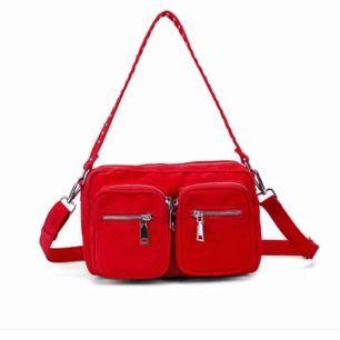 Säljer nu min röda noella väska, den är i en fin röd färg som gör väskan lite roligare, inte använts så mycket så är i bra skick och inga skador, skriv om ni undrar något, priset kan diskuteras