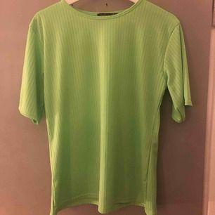 En neongrön T-shirt från boohoo, aldrig använd! Är ribbad 😇💚