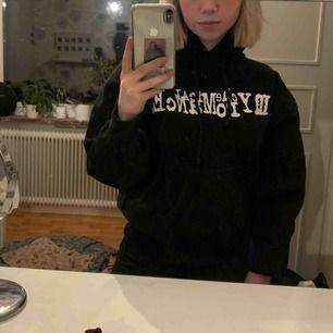 My Chemical Romance hoodie, står att den är i strl S men på mig sitter den som en L-XL. Köpte på tradera för några år sen. Sömmarna har gått upp vid båda armhålor. Köparen står för frakt men kan mötas upp i Karlskoga/Örebro
