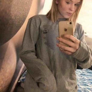 Grå cheap monday tröja, aldrig använd utan endast prövad. Såklart äkta.