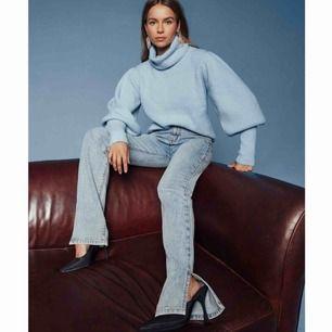 Svinsnygga jeans i den perfekta jeansfärgen som jag säljer då dom tyvärr va lite stora o långa på mig🥺använda endast 1 gång och är helt slutsålda på hemsidan. Jag är ca 162. 400kr eller högsta bud🧡⚡️