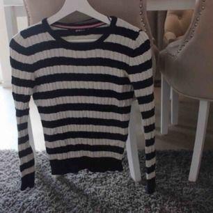 Väldigt söt randig tröja ☺️ Fraktkostnad tillkommer