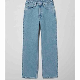 Oanvända weekday jeans i modellen ROW, storlek 24/32 men funkar också som en 25/32. Köpt för 500kr
