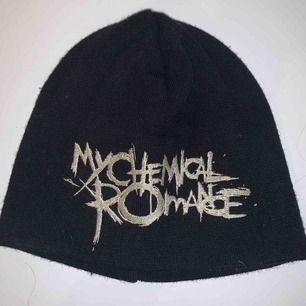 My Chemical Romance mössa som köptes på en marknad. Den är väldigt liten så passar dig med litet huvud. Endast testad. Köparen står för frakt men kan mötas upp i Karlskoga/Örebro
