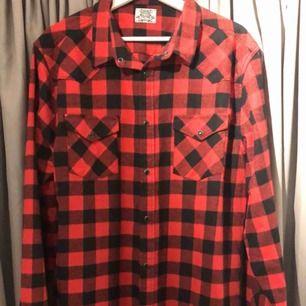 En jättefin skjorta som jag nästan aldrig använt då den var för stor, den är i väldigt gott skick och har bara hängt i garderoben. Köparen står för frakten