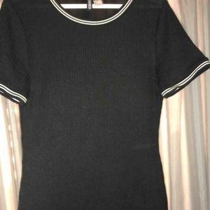 En jättefin klänning men vita ränder vid armarna och kragen, använd endast en gång och bara hängt i garderoben sedan dess. Köparen står för frakten