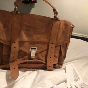 En beige/brun mocka väska från Proenza Schouler. Köpt på en butik som nu ej finns längre i Stockholm. Köpte den för 15950 kronor. Väskan är såklart äkta (sista bilden). Finns dustbag samt ett längre band. Skriv för fler bilder💓