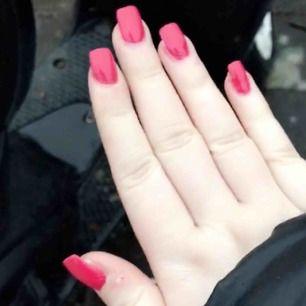 Har PRECIS börjat göra naglar så behöver nån att öva på:) kommer bara kosta dig 99kr och lite mer om du vill ha diamanter osv vilket mest är för materialet. Skriv för mer info😊 Finns i Lerum