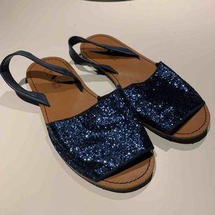 Blå sandaler i jättefint skick! Storlek 37-38.
