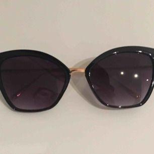 Cateye solglasögon med metallbågar   Hämtas i Bromma eller skickas, köparen står då för frakt