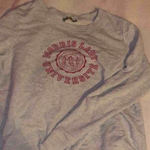 Grå sweatshirt från Morris i bra skick inte använd så mycket. (Köparen står för frakt)