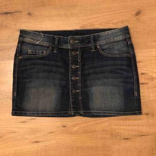 Fin minijeans kjol från Mango! Endast använd en två gånger då den är lite för kort för mig! Passar 36-38