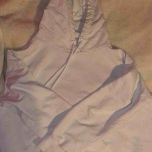 Vit hoodie från nakd men tryck på ryggen som det är deras logga. Använd några gånger men bra skicka.(köparen står för frakt)