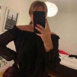 Svart off shoulder blus från H&M i storlek 36! 🖤