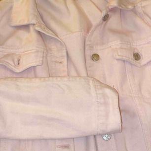 Superfin rosa jeansjacka från zara. Köpt på barn avdelningen, för barn 11-12 men den passar mig och jag är en xs/s. Inga större skador, pris kan diskuteras