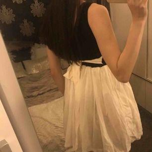Aldrig använd klänning. Väldigt kort. Söt med knytning baktill. Står inte storlek men xxs/xs. Fraktkostnad tillkommer