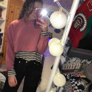 Rosa croppad tröja från Nakd! Använd 5 ggr max. Bra kvalité! Snyggt över en långärmad t-shirt eller bara som en magtröja!