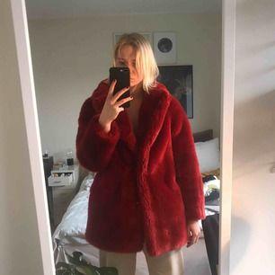 Intressekoll på min fantastiska pälsjacka! Storlek 36, supervarm och så fin färg! Frakt 63 kr