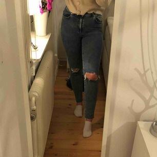 Snygga jeans från Bikbok💜 Hål vid knäna och slitningar nedtill. Använda en gång så i väldigt bra skick💜