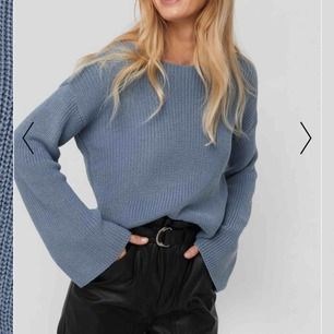 Stickad croppad tröja från NAKD med vida ärmar, nypris 299 kr