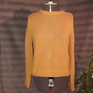 Senapsgul stickad tröja från HM Nypris: 199 kr Använd ett antal gånger men den är fortfarande i mycket bra skick ❣💛