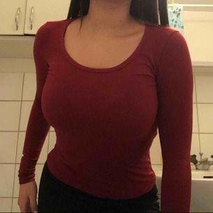 Super skön blod röd tröja som sitter tajt så kurvorna syns mer😍 säljs pga av att den inte används mer, frakt tillkommer på 20 kr☺️