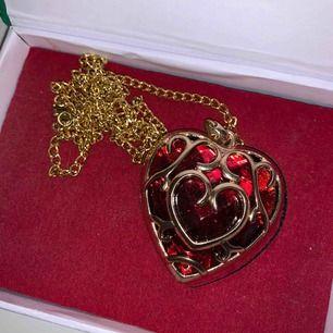 Fettcoolt Legend of Zelda heart container halsband. Köpte den på Närcon för ca 300kr tror jag. Boxen medföljer!! Köparen står för frakt men kan mötas upp i Karlskoga/Örebro