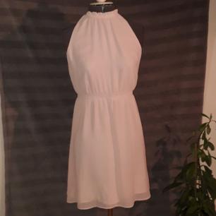 Ljusrosa klänning från HM, använd 1 gång så den är basically ny Den går ungefär till knäna och har en