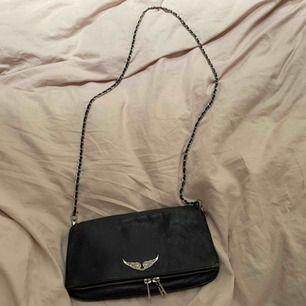 säljer min rock bag ifrån Zadig & Voltaire! köptes för ungefär 3500kr i Schweiz för ett år sen och har använt den mycket sen dess. Väskan är i svart skinn och har lite slitningar i kanten men ändå i bra skick. Buda från 1500kr .