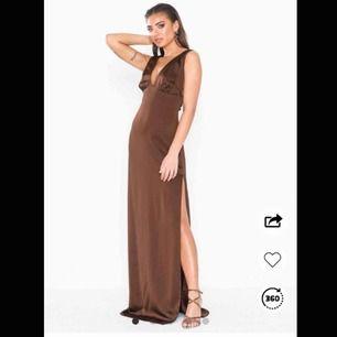 Världens finaste mörkbruna balklänning. Storlek 34 men stor i storlek så passar lätt en 36 också. Tjocka axelband med gummi på insidan så att banden stannar kvar✨💫💫