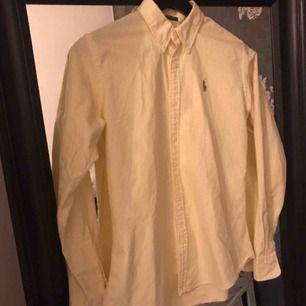 Knappt använd randig skjorta från Ralph Lauren, Slim fit. Ny:899:- fraktkostnad tillkommer