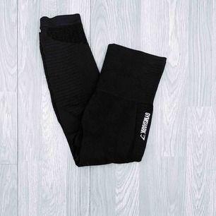 NYA Gymshark Energy + Seamless leggings storlek S. Den croppade versionen.  Möts upp i Stockholm eller fraktar.  Frakt kostar 42kr extra, postar med videobevis/bildbevis. Jag garanterar en snabb pålitlig affär!✨