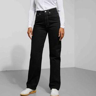 """Jeans """"Row"""". Har bleknade linjer (se andra bilden, ej jättesynliga) och är liite slitna vid låren (se sista bilden). Förutom det så är de i relativt bra skick, fortfarande väldigt svarta. Köpta för 500kr, säljer för 180kr inklusive frakt."""