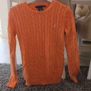 Kabelstickad tröja i en fin orange färg, storlek xs men väldigt stor skulle säga minst S. Ny:1200:- fraktkostnad tillkommer