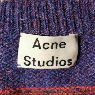 Stickad Acne tröja, UNISEX. Säljer för att jag använt den ca 2 gånger och tycker den ska användas mer! 🌻 Går att pruta.