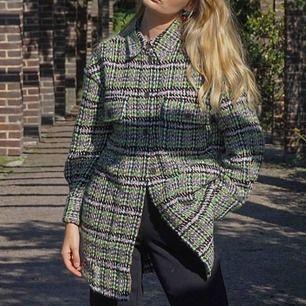 Populär tjockare skjorta som man kan ha som jacka. Nypris 1300 svenska kronor, frakt är inräknat i priset, storlek 36 men är oversized i stilen!