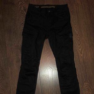 Ett par tajta mörkblåa Cargo byxor från G-star, köpta för ett år sedan och använt bara 4 gånger. De är i bra skick!