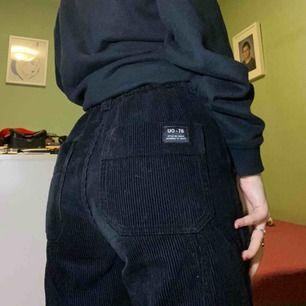 Manchester byxor från urban outfiters med vida ben, i bra skick, 400kr + frakt.