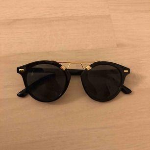 Solglasögon från Bik Bok - knappt använda. 20 kr 💖