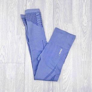 """Gymshark Energy + Seamless leggings storlek S i nyskick förutom ett streck på ena benet. I färgen """" steel blue """"  Möts upp i Stockholm eller fraktar.  Frakt kostar 59kr extra, postar med videobevis/bildbevis. Jag garanterar en snabb pålitlig affär!✨"""