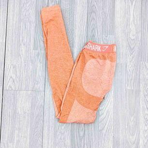 """Gymshark flex leggings storlek S i använt skick. I färgen """" peach / coral """"  Möts upp i Stockholm eller fraktar.  Frakt kostar 59kr extra, postar med videobevis/bildbevis. Jag garanterar en snabb pålitlig affär!✨"""