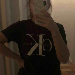 Calvin Klein t-T-shirt som är sparsamt använd  Köparen står för frakt
