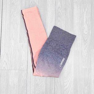 """Gymshark Seamless + Ombre leggings i storlek M, nyskick. I färgen """" peach pink / charcoal"""".  Möts upp i Stockholm eller fraktar.  Frakt kostar 59kr extra, postar med videobevis/bildbevis. Jag garanterar en snabb pålitlig affär!✨"""