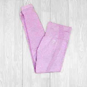 """Gymshark vital seamless leggings storlek S i fint använt skick, har hål och lagningar men syns ej när de är på. I färgen """"pastel grape"""" men har blivit lite mer åt det lila/grå hållet.  Möts upp i Stockholm eller fraktar.  Frakt kostar 59kr extra."""