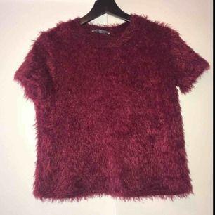 Så fin vinröd tröja som är fluffig, står storlek S men flexibel i storlek skulle säga xs-m. Fraktkostnad tillkommer