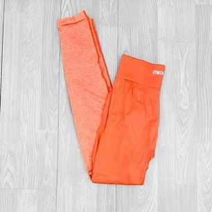 """Gymshark two tone seamless leggings storlek XS i nyskick. I färgen """"peach coral"""" Färgen stämmer inte på första bilden.  Möts upp i Stockholm eller fraktar.  Frakt kostar 59kr extra, postar med videobevis/bildbevis. Jag garanterar en snabb pålitlig affär!✨"""