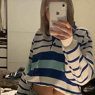 Fin randig tröja som passar till mycket. Har en snygg krage vid halsen som gör tröjan lite roligare. Fina färger som passar på många, går att klä upp och ner.