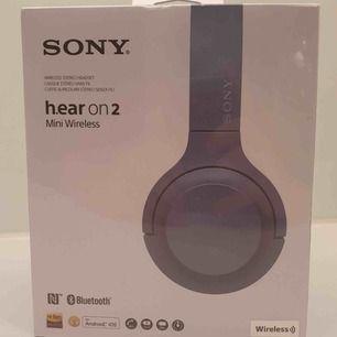 Ett par helt nya Sony hear on 2 mini wireless bluetooth hörlurar. Helt oöppnad box med plaster kvar på boxen. Köptes för 1700kr