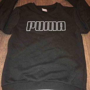 En svart Puma tjocktröja med vita detaljer, skönt ull material. Köpt för ett år sen men bara använd 4 gånger, bra skick!